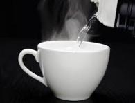 """"""" فائدة شرب الماء الساخن على الريق للجسم """""""