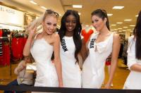 ملكات الكون في مول فلوريدا قبل مسابقة التتويج