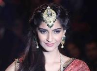 """صفحة الممثلة الهندية سونام """" بتويتر """" تتخطى 8 مليون مشترك"""