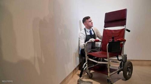 """بيع كرسي ورسالة هوكينغ بـ""""رقم خيالي"""""""