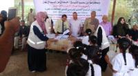 محافظ لحج يدشن توزيع الزي المدرسي المقدم من الهلال الأحمر الإماراتي