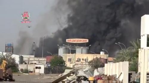 شاهد بـ(الفيديو) ..مليشيات الحوثي تحرق مصانع أخوان ثابت بقصف صاروخي ومدفعي في الحديدة