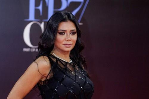"""رانيا يوسف تعتذر على الهواء لجمهورها في """"قضية الفستان"""""""