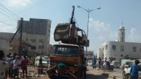 عدن.. قوات الطوارئ تنفذ حملة لرفع السيارات المتهالكة من الشارع الرئيسي لمدينة الممدارة
