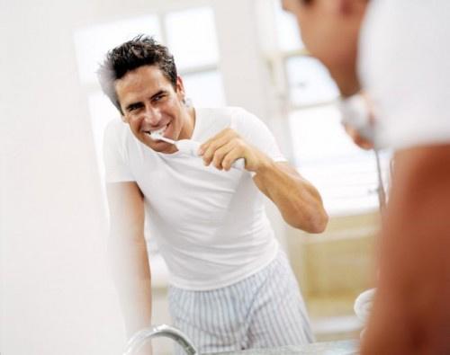 دراسة تكشف تأثير تنظيف الأسنان على الصحة الجنسية