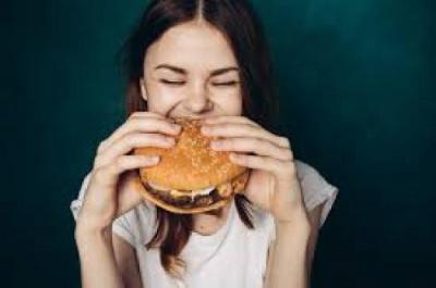 """5 مصائب حقيقية.. ماذا تفعل بنفسك حين """"تأكل بسرعة""""؟"""