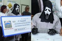 بـ(الصور):الفائز النذل.. أخفى وجهه عند استلام المليون دولار