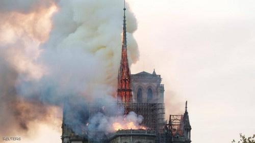 نتيجة حريق هائل.. انهيار برج وسقف كاتدرائية نوتردام بالكامل