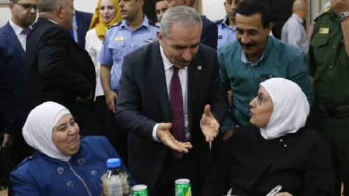 رئيس الوزراء الفلسطيني: لو ظل معنا قرش واحد سنعطيه لعائلات الشهداء والأسرى