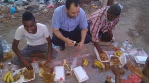 لجنة الإغاثة والأعمال الإنسانية تُقيم مأدبة إفطار لعمال الصرف الصحي ب#العاصمة_عدن