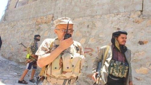 قائد عسكري إخواني بالشرعية يسلم مواقع للحوثيين في #تعز