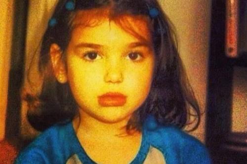 خمنوا من هي هذه الطفلة .. مغنية عالمية شهيرة