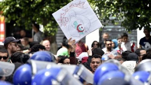 """وزير الخارجية الفرنسي يقول إن بلاده تتابع """"باهتمام"""" الوضع في الجزائر"""
