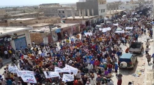 سقطرى تشهد مظاهرة تأييداً للتحـالف العربي والمطالبة برحيل المحافظ