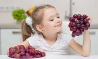 تحذير للآباء قبل الكارثة.. اقطعوا العنب لأطفالكم