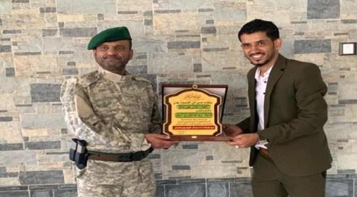 اللواء شلال يكرم الإعلامي يزيد الربيعي بعد اختياره كأفضل شخصية للعام 2018م