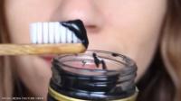 تبييض الأسنان بالفحم.. حقيقة أم وهم؟