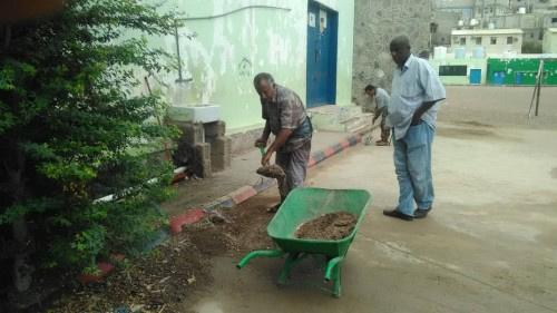 انتقالي التواهي ينفذ حملة لإزالة مخلفات الأمطار من مدرسة الروضة بالقلوعة
