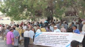 وقفة احتجاجية لملاك أراضي بئر فضل مطالبة الرئيس هادي بتسليم اراضيهم