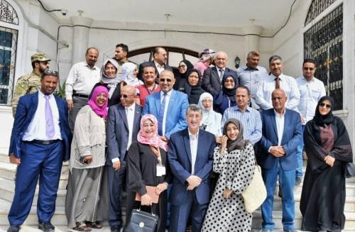 """الرئيس الزُبيدي يلتقي مجموعة """"مشاورات عدن"""" ويؤكد التزام المجلس باستعادة الدور الريادي للمدينة"""