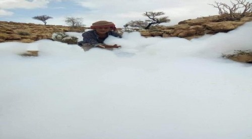 ظاهرة غريبة.. سقوط كتل بيضاء تشبه السحب بحضرموت(صور)