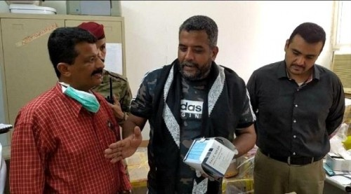 مأمور المعلا يسلم خمسون ألف كمامة طبية للمركز الصحي بالمديرية