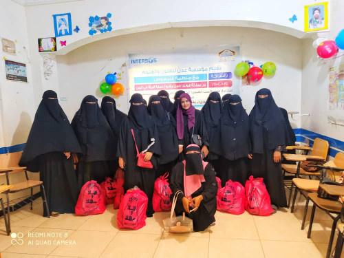 مؤسسة عدن للفنون والعلوم تحتفي باختتام تدريب خياطة بتكريم المشاركات