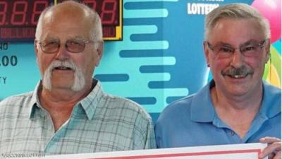 لهذا السبب.. رجل يتقاسم جائزة 22 مليون دولار مع صديقه القديم
