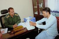 رئيس تنفيذية انتقالي غيل باوزير يسلّم فرع مصلحة الدفاع المدني بالمديرية حقيبة اسعافات أولية وجهاز هاتف