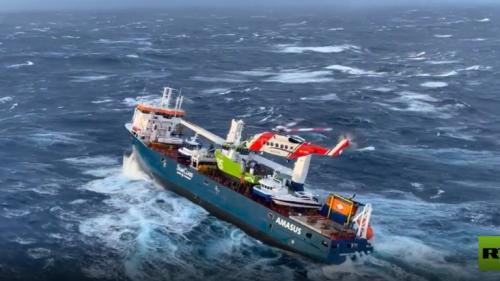 سفينة شحن هولندية في لحظات رعب في سواحل النرويج بسبب الأحوال الجوية