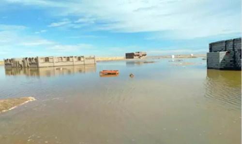 مياه السيول تغرق قرية بالكامل وتشرد الأهالي وتتسبب بأزمة إنسانية في لحج