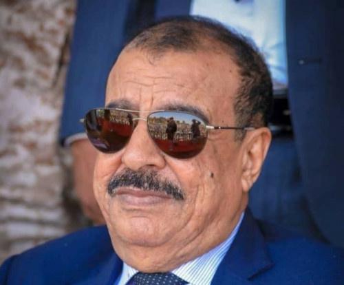 اللواء بن بريك يُعزي الوكيل جمال عبدون في وفاة والده