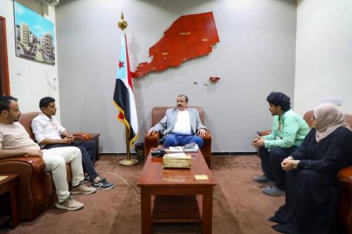 رئيس الجمعية الوطنية يناقش مع فريق مشاورات شباب عدن وضع العملية التعليمية في الجنوب