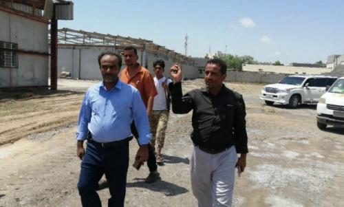 مدير عام خورمكسر يطلع على نتائج حملة رفع المخلفات من ساحة مستشفى عبود العسكري